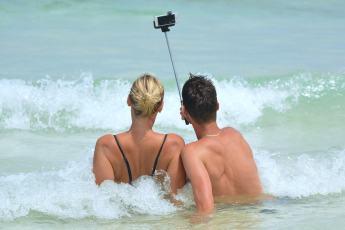 selfie-900001_1280-min